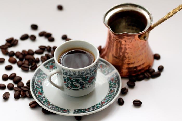 турка и чашка с кофе