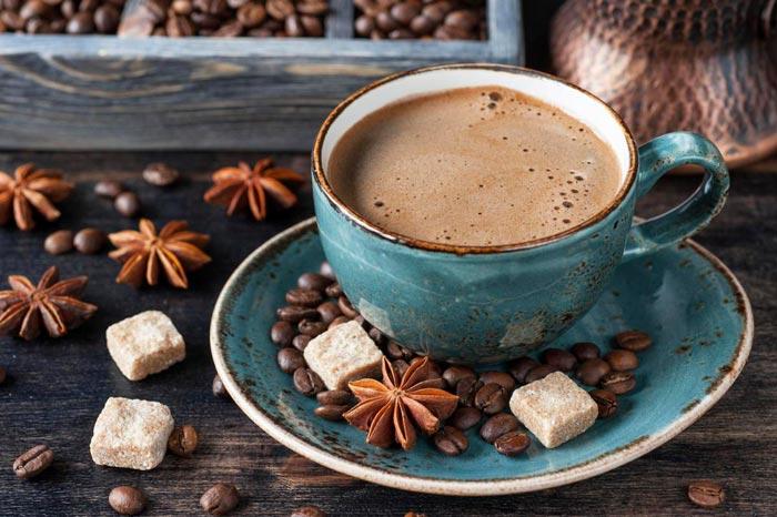 кофе в синей чашке