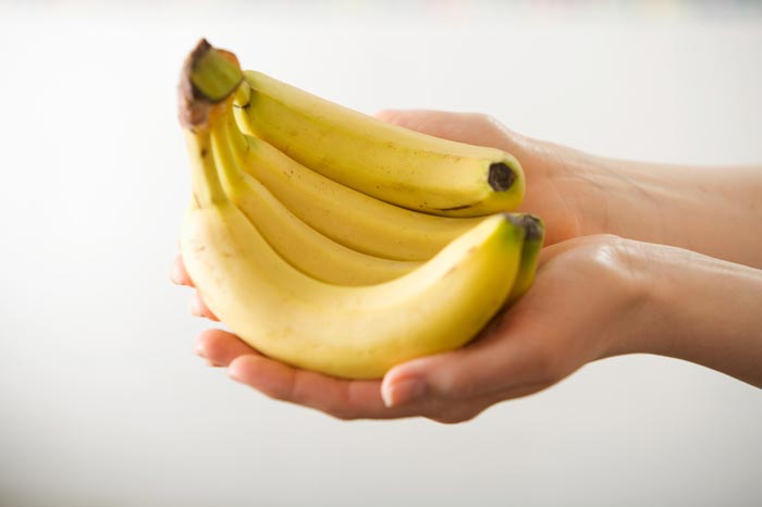 бананы в руках