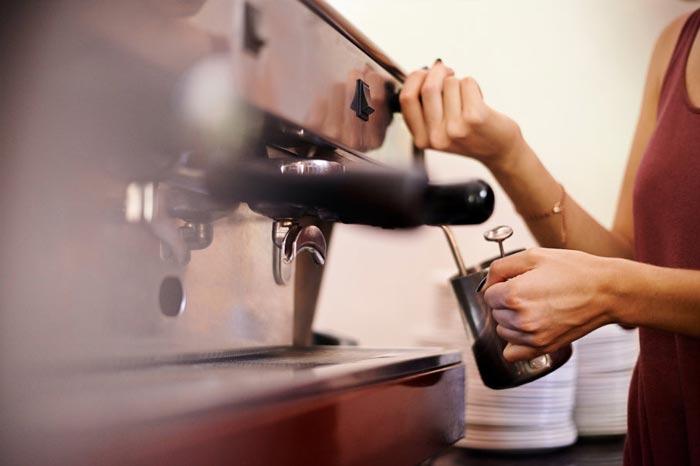 варит кофе