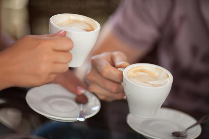 пьют кофе со сливками