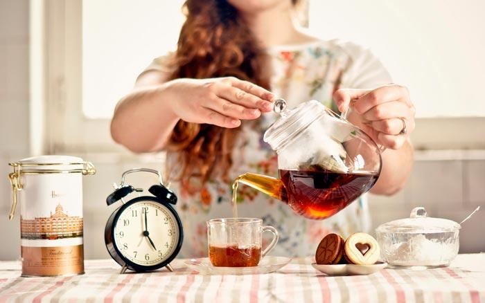 пьет чай