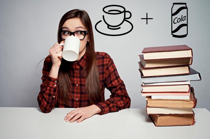 студентка пьет кофе