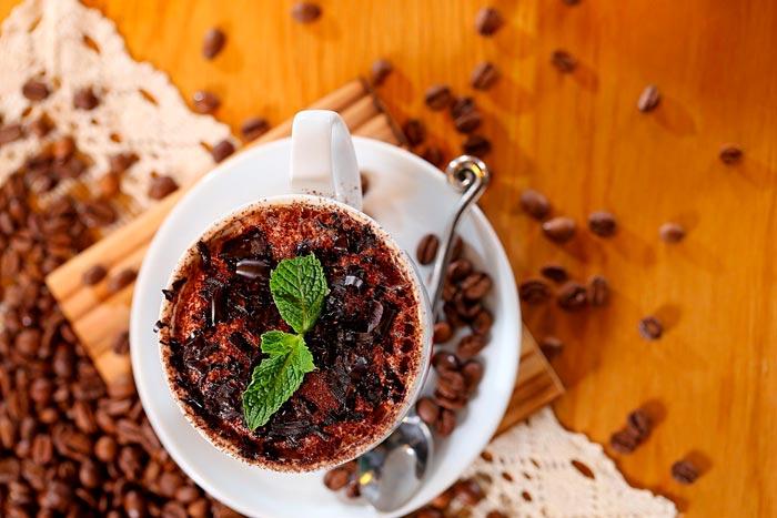 мята в чашке с кофе