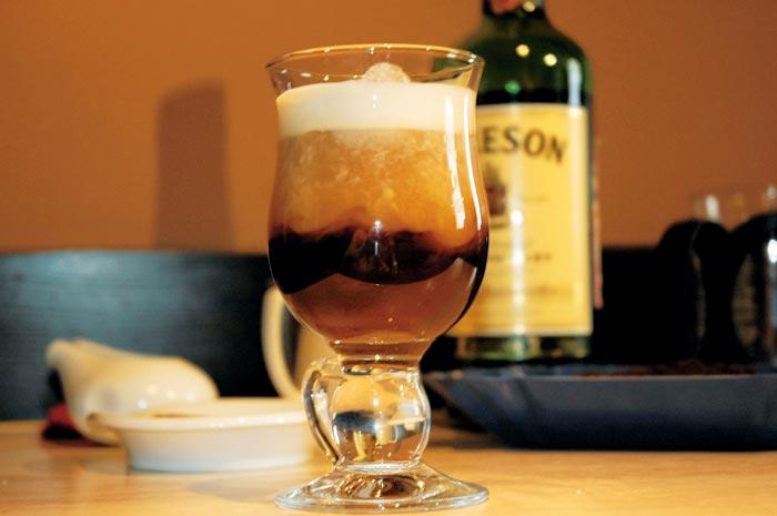 кофе с виски и яйцом
