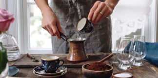 девушка варит кофе