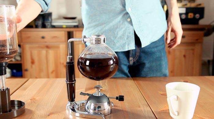 мужчина варит кофе